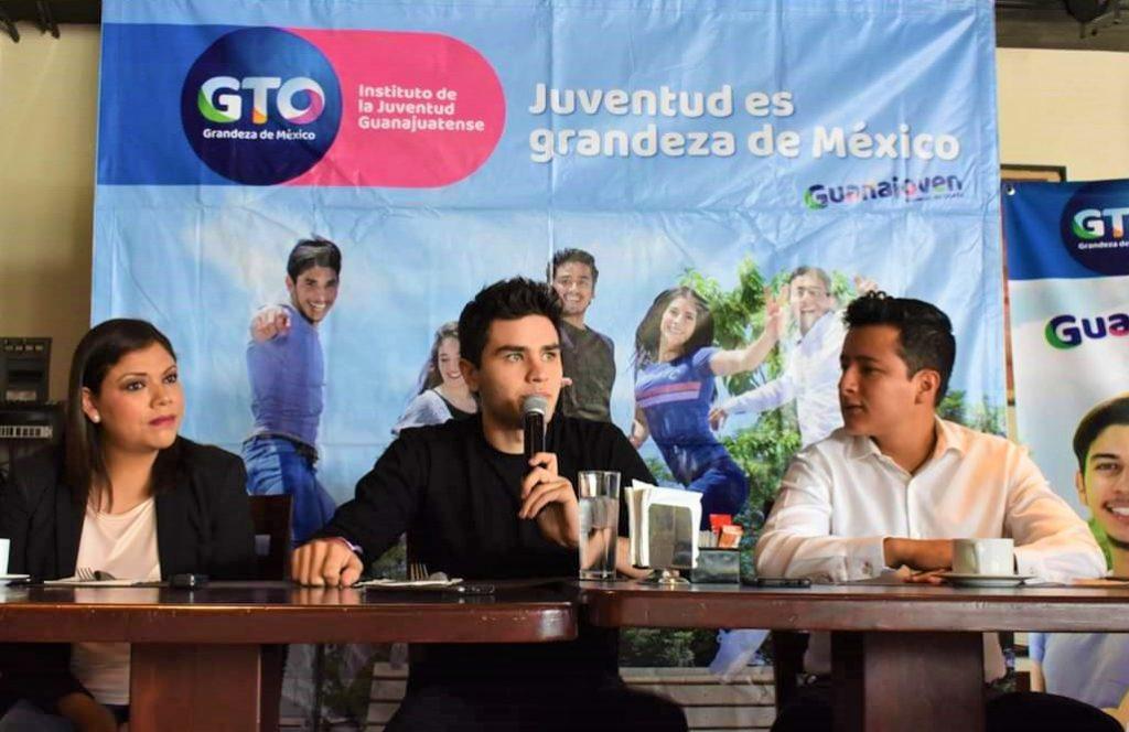Integrante de los Vázquez Sounds con Guanajoven