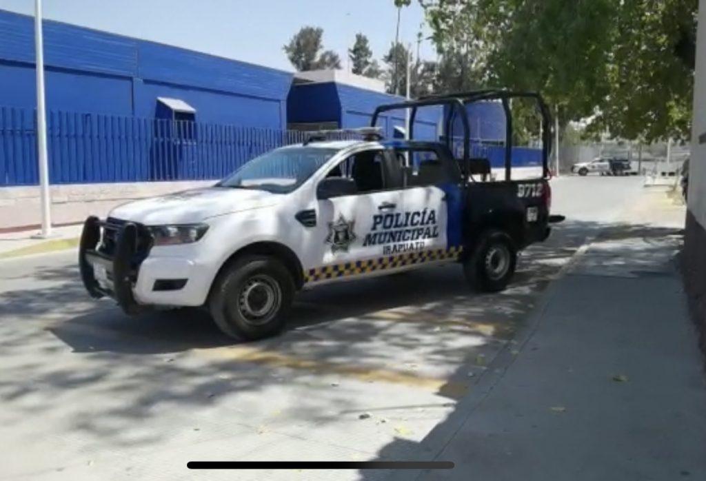 MACHETEAN A POLICÍAS Y BALEAN A AGRESOR