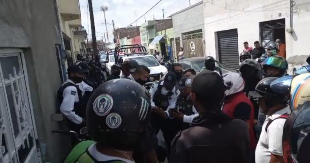 MOTOREPARTIDORES INTENTARON SACAR A LADRÓN DE UNA CASA