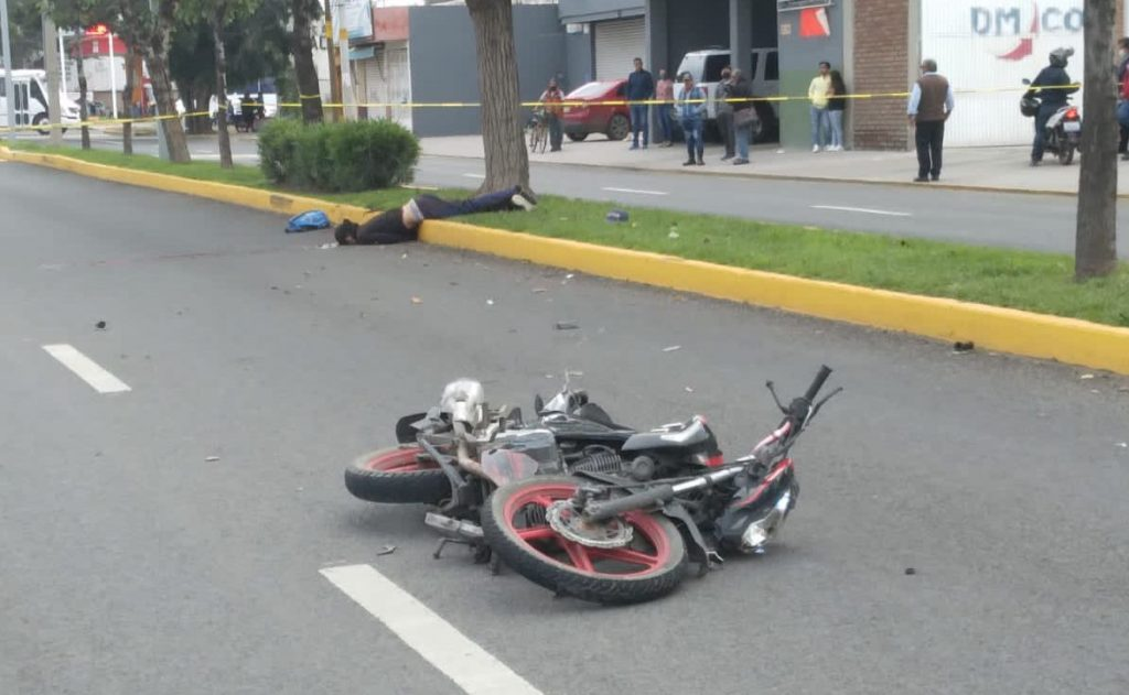 Muere motociclista tras derrapar